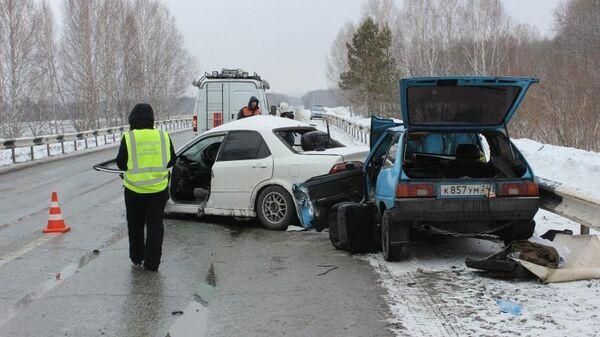 Последствия ДТП на участке автодороги Ачинск-Назарово на западе Красноярского края. 25 марта 2019
