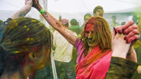 Участница фестиваля красок Холи-Мела в Центре индийской культуры в Москве
