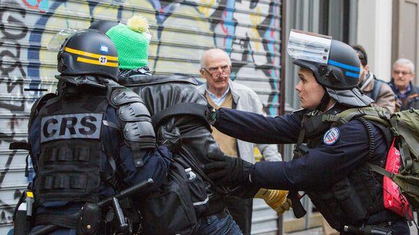 Сотрудники полиции задерживают участника акции протеста