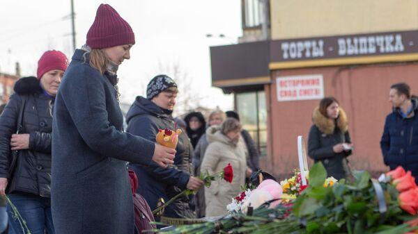 Люди возлагают цветы и мягкие игрушки к мемориалу в память о жертвах пожара в торгово-развлекательном центре Зимняя вишня в Кемерово