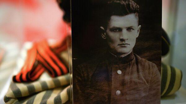 Тельняшка, бескозырка и портрет старшего лейтенанта 384-го отдельного батальона морской пехоты Очаковской военно-морской базы Черноморского флота Константина Ольшанского