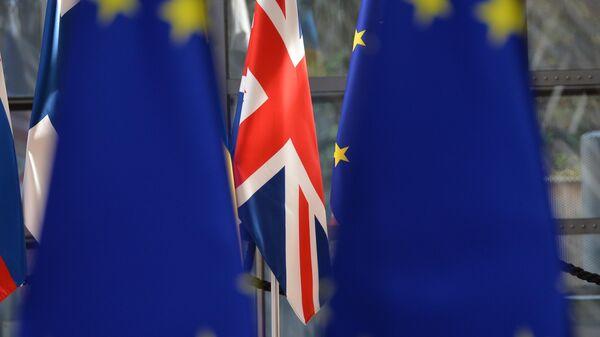 Флаги Великобритании и ЕС в здании Еврокомиссии в Брюсселе