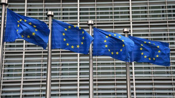 Флаги с символикой Евросоюза у здания Еврокомиссии