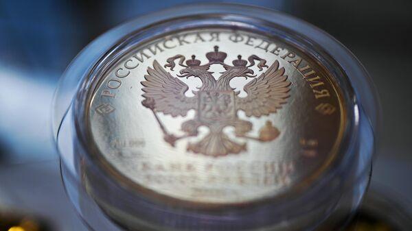 Герб РФ на монете. Архивное фото