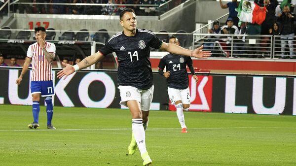 Форвард сборной Мексики Хавьер Эрнандес радуется забитому мячу