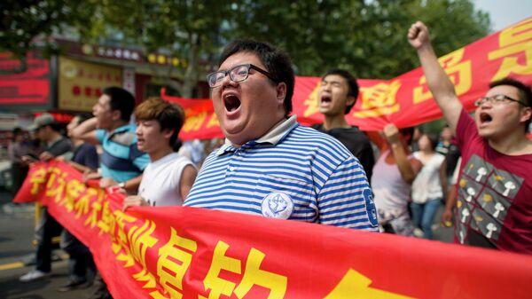 Китайские демонстранты во время акции протеста против национализации Японией островов Дяоюйдао в Ханчжоу