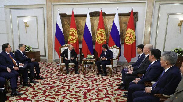 Владимир Путин и президент Киргизии Сооронбай Жээнбеков во время встречи в государственной резиденции Ала-Арча под Бишкеком. 28 марта 2019
