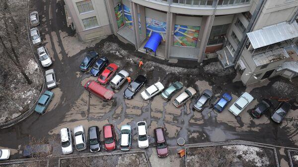 Припаркованные автомобили во одном из дворов на улице Серафимовича