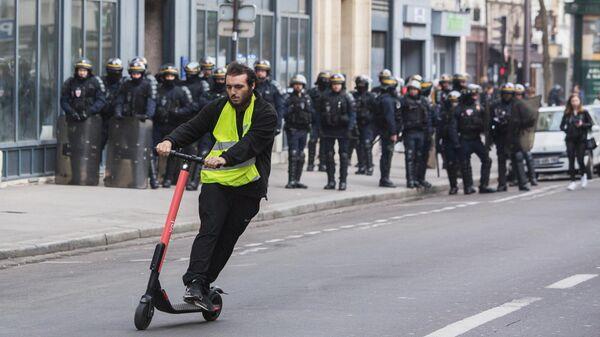 Участник акции протеста жёлтых жилетов в Париже