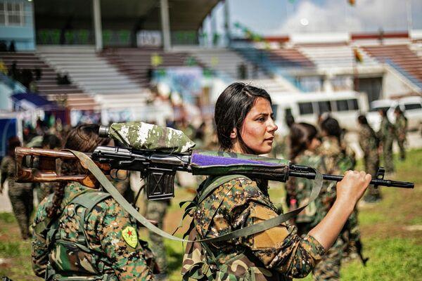Отряд женской самообороны на военном параде, посвященном полному уничтожению последнего оплота ИГ (запрещенная на территории РФ международная террористическая организация) в восточной Сирии