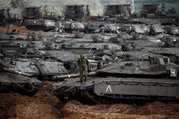 Израильский солдат стоит на танке у границы с Газой