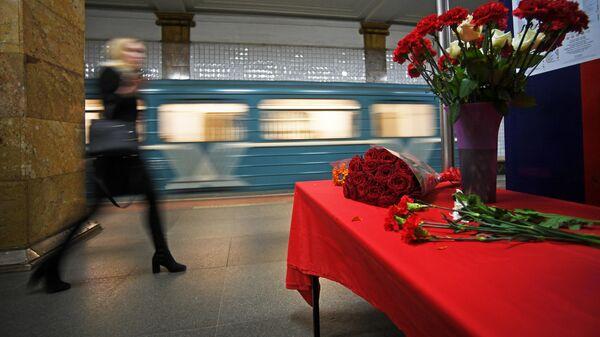 Цветы на станции московского метрополитена Парк культуры в память о жертвах теракта 29 марта 2010
