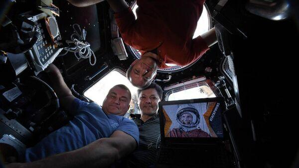 Космическое селфи с борта МКС от Олега Кононенко, Алексея Овчинина и Давида Сен-Жака. Архивное фото