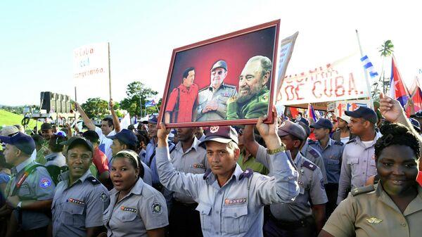Участники первомайской демонстрации в Сантьяго-де-Куба в День международной солидарности трудящихся. Архивное фото