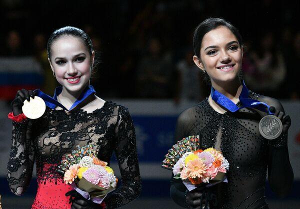Призеры женского одиночного катания на чемпионате мира по фигурному катанию в Сайтаме Алина Загитова и Евгения Медведева