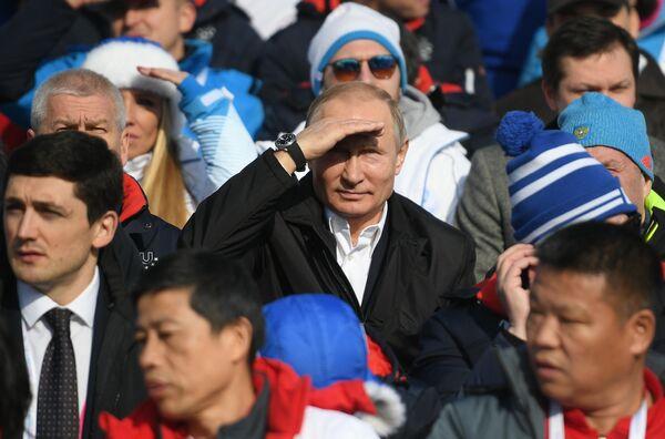 Президент РФ Владимир Путин во время посещения соревнований по лыжным гонкам на XXIX Всемирной зимней универсиаде 2019