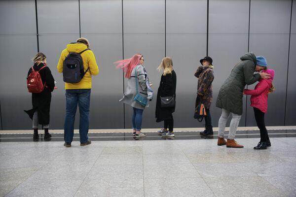 Пассажиры на станции Раменки Московского метрополитена