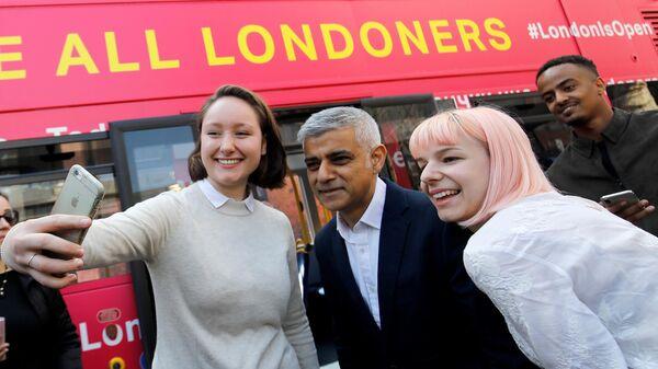 Мэр Лондона Садик Хан во время старта автобусного турне миграционных юристов