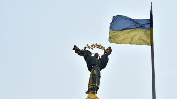 Украинский флаг на площади Независимости в Киеве
