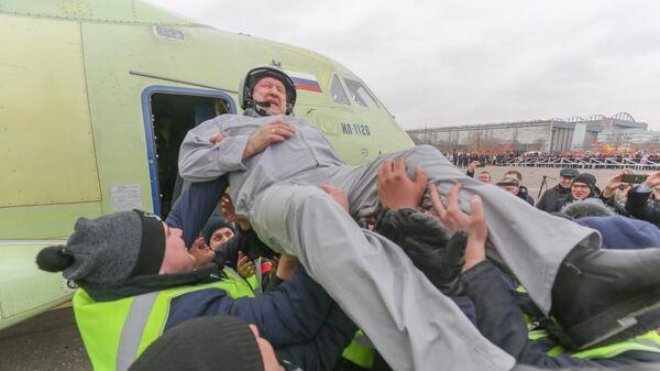 Летчик-испытатель ПАО Ильюшин Николай Куимов после первого испытательного полета самолета Ил-112В. 30 марта 2019