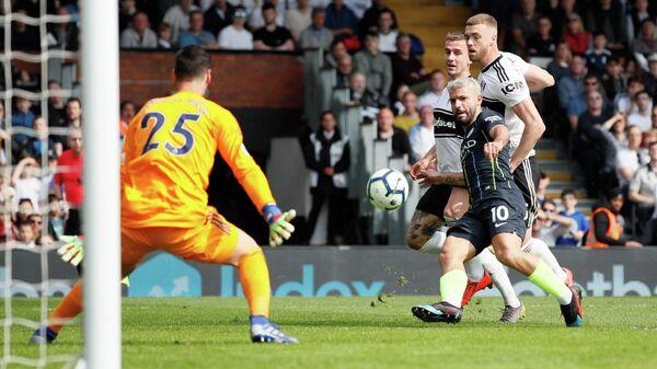 Форвард Манчестер Сити Серхио Агуэро забивает мяч в ворота Фулхэма