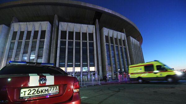 Машина скорой помощи у спорткомплекса Олимпийский в Москве во время пожара. 30 марта 2019