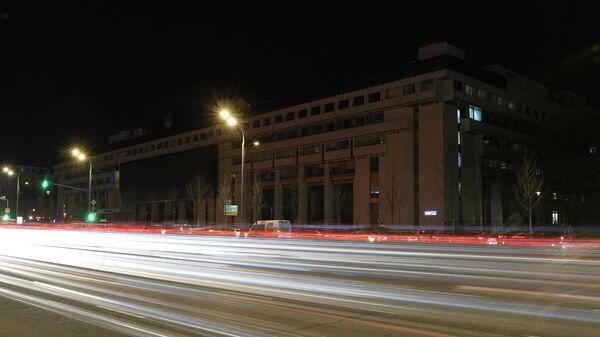 Здание МИА Россия сегодня на Зубовском бульваре в Москве до и после отключения подсветки в рамках экологической акции Час Земли