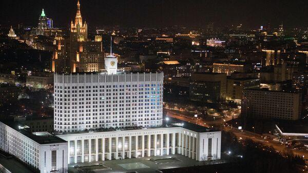 Здание Дома правительства РФ до и после отключения подсветки в рамках экологической акции Час Земли
