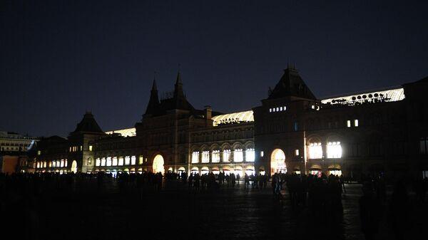 Здание ГУМа в Москве до и после отключения подсветки в рамках экологической акции Час Земли