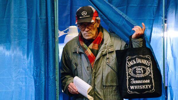 Житель Харькова на одном из избирательных участков города во время голосования на президентских выборах на Украине. 31 марта 2019