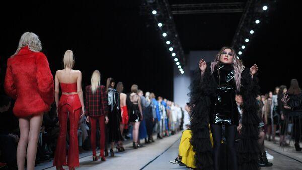 Певица Линда во время показа одежды бренда Holy MHPI в рамках Mercedes-Benz Fashion Week Russia в Центральном выставочном зале Манеж в Москве