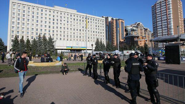 Сотрудники полиции у здания ЦИК Украины в Киеве во время президентских выборов