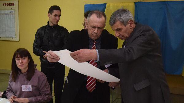 Подсчет бюллетеней на избирательных участках во Львове