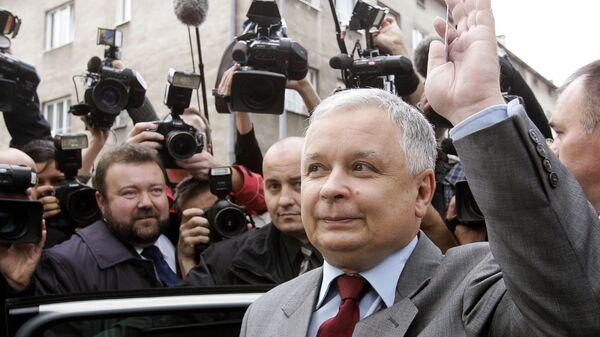 Кандидат в президенты Польши от партии Право и справедливость Лех Качинский во время последнего тура президентских выборов в Варшаве. 23 октября 2005 года