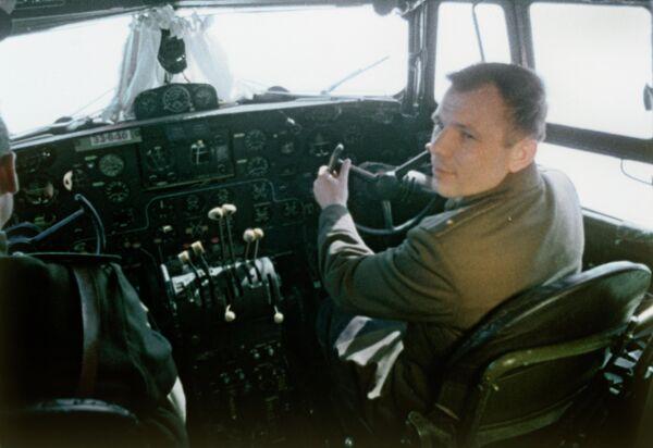 Юрий Гагарин ведет самолет на космодром Байконур, 1961 год