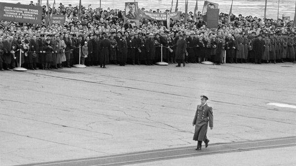 Торжественная встреча героя-космонавта Юрия Гагарина на Внуковском аэродроме в Москве
