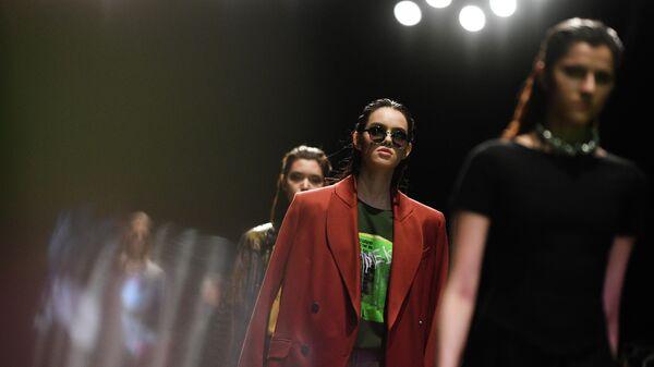 Модели демонстрируют одежду