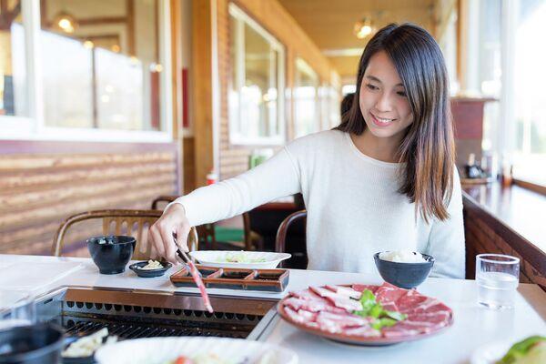 Девушка готовит Якинику