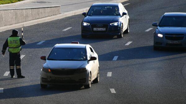 Сотрудник ГИБДД регулирует движение автотранспорта