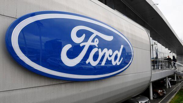 Логотип американской автомобилестроительной компании Ford в автосалоне