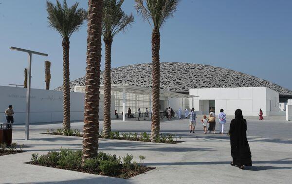 Центральный вход в Лувр, Абу-Даби