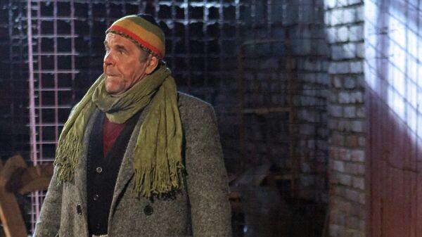 Актер Алексей Булдаков (слева) в роли бомжа Бобы на съемочной площадке сериала Москва. Три вокзала