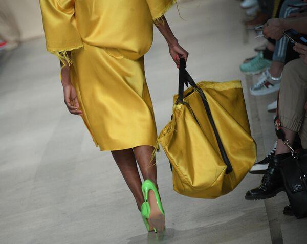 Модель демонстрирует одежду из новой коллекции дизайнера Александра Рогова