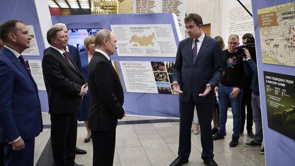 Президент РФ Владимир Путин во время осмотра Музея Победы на Поклонной горе перед торжественном открытии всероссийской акции Вахта памяти -2019. 4 апреля 2019