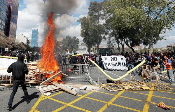 Горящие баррикады в Барселоне, Испания