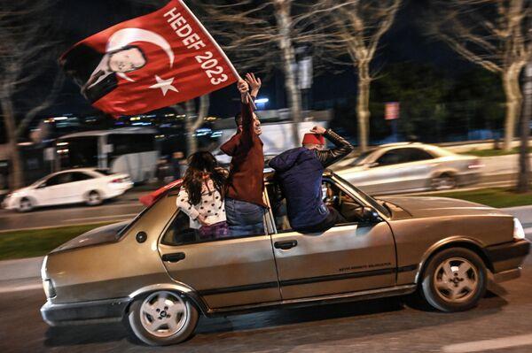 Сторонники партии справедливости и развития после местных выборов мэра в Турции