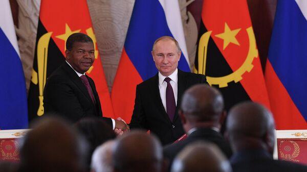 Президент РФ Владимир Путин и президент Анголы Жоау Лоуренсу на церемонии подписания совместных документов. 4 апреля 2019
