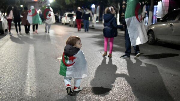 Алжирцы радуются после того, как президент Алжира Абдельазиз Бутефлика уведомил Конституционный совет о своей отставке с поста главы государства