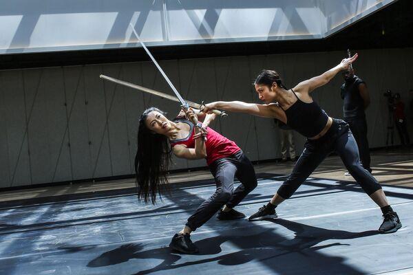 Танцоры Dragon Spring Phoniex Rise репетируют в культурном центре The Shed в Хадсон-Ярдс в Нью-Йорке