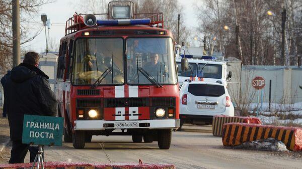 Спецтехника МЧС у ворот на территорию Научно-исследовательского института Кристалл в Дзержинске, где произошел взрыв